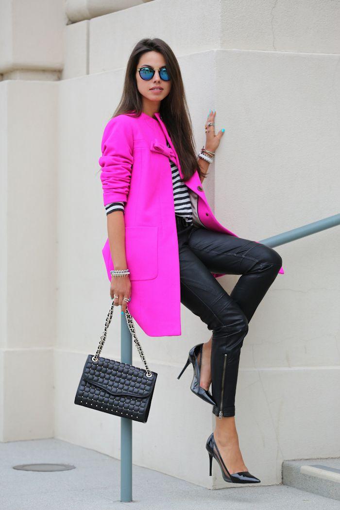 chaqueta de color rosa caliente con los pantalones de cuero