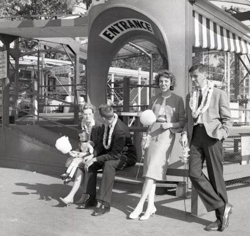 PHOTO – CHICAGO – RIVERVIEW AMUSEMENT PARK – PEOPLE WAITING NEAR RIDE ENTRANCE – 1960Mona Carnahan