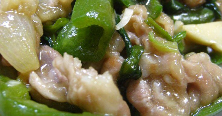 片栗粉をまぶした豚肉を、ピーマン・エリンギ・にら・玉ねぎと一緒に炒めました!鶏がらだしのもとと一緒に炒め煮しました☆