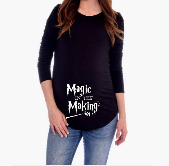 Harry Potter Magic de T-shirt de maternité dans la fabrication  Ce T-shirt de maternité vous obtiendrez beaucoup de compliments:) polyester/coton poly 60/40 pour la longévité et élasticité. Jai dautres conceptions de Harry Potter disponible. Sil vous plaît vérifier mon magasin de vêtements de bébé Harry Potter connexe et plus plus didées cadeaux. Veuillez consulter le tableau des tailles avant de commander.  https://www.etsy.com/shop/CutieButtsBoutique   Si vous ...