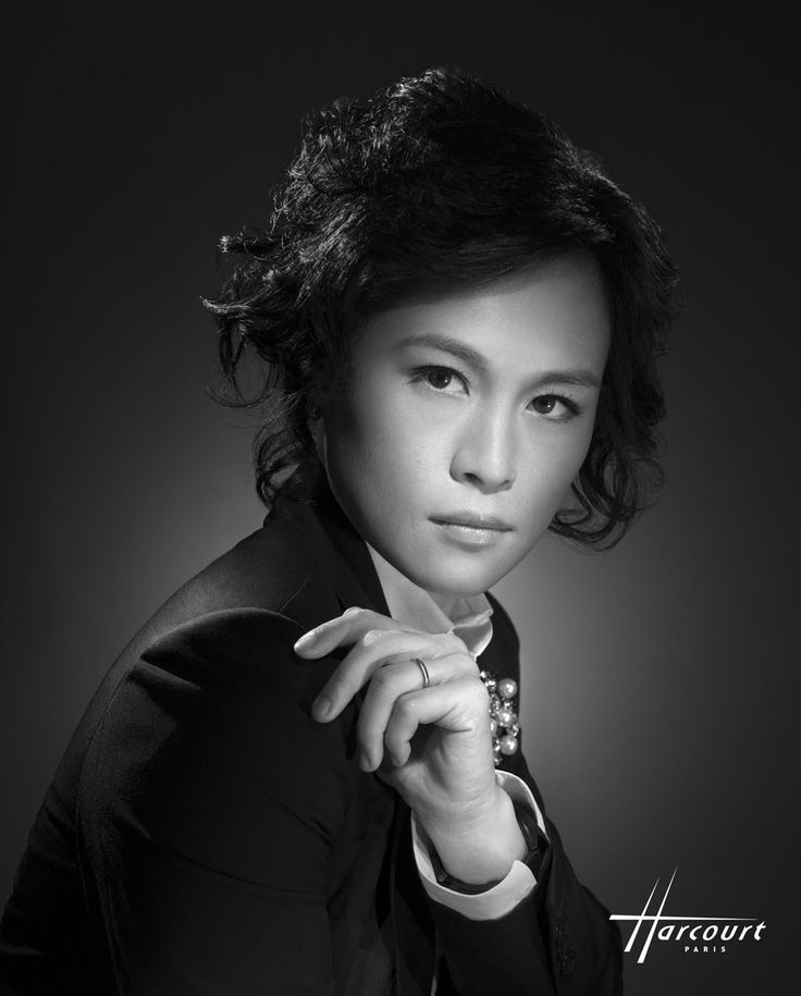 Studio Harcourt photographie des célébrités chinoises. Gigi CHAO 2013. Personnalité hongkongaise née en 1980. Architecte et dirigeante d'une société de développement immobilier, pilote d'avion, créatrice de la fondation Faith in Love, qui combat la pauvreté, elle organise des événements artistiques pour la collecte des fonds.
