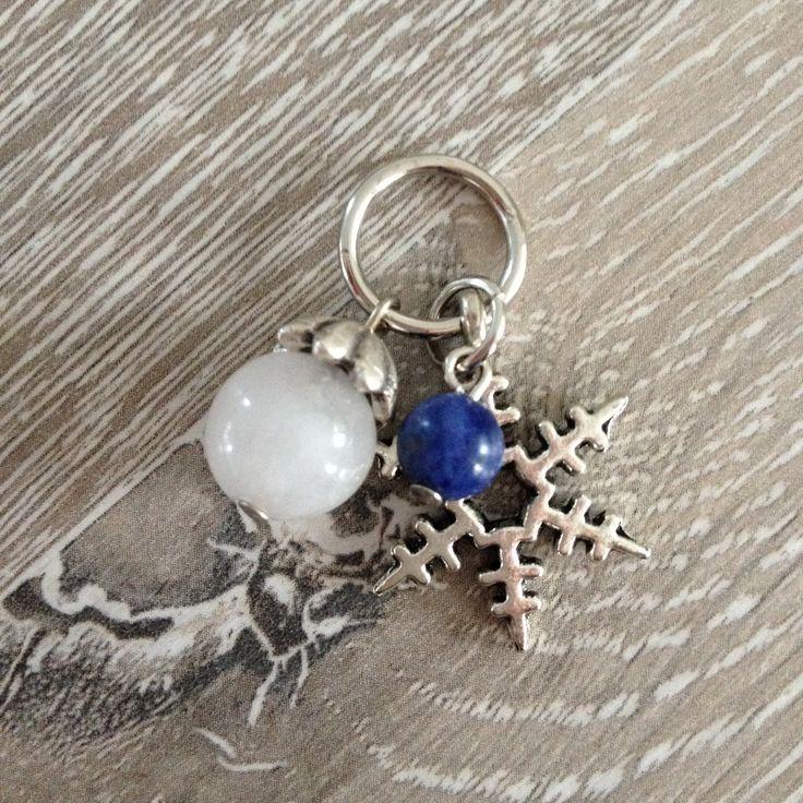 Bedel van een metalen sneeuwster, een 9mm witte glas kraal met een metalen kraalkap en 6mm sodaliet. Te koop bij JuudsBoetiek voor €2,75. Wil je er een ketting bij? Vraag naar de mogelijkheden! Bestellen kan via juudsboetiek@gmail.com. #sneeuwster #glas #sodaliet #wit #blauw