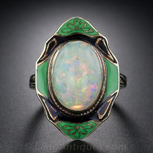 Un ópalo brillante de muchos colores se presenta en este exótico antiguo anillo intrigante Art Deco adornado con esmalte verde y negro dramática. Esta joya fabulosa vendimia mide una pulgada de largo y 5/8 pulgada de ancho. Tres fresco.  Por desgracia, esta belleza no se puede cambiar de tamaño, y es un tamaño de 4 3/4 para el portador de suerte.