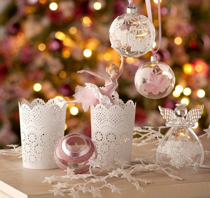 Decorazioni natalizie romantiche e delicate nelle tonalità del bianco e del rosa  #christmas #winter #white #pink #lace #lantern #candles #fairy #dancer