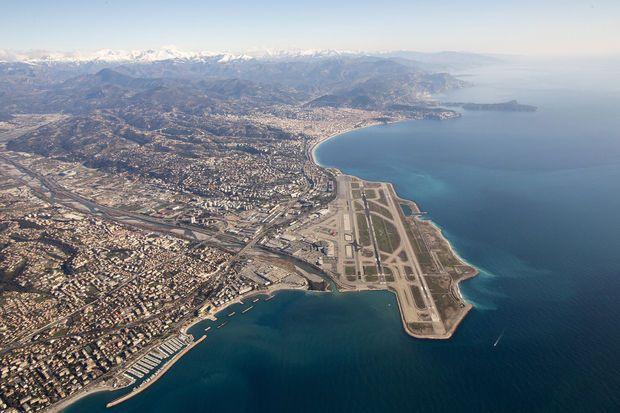 Enquête - L'aéroport de Nice, parmi les plus beaux atterrissages du monde