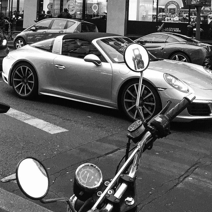 Jour 12 #365 #paris #trafficlight #car #moto #miror #retroviseur #feurouge #streetphotography #iphone #blackandwhite #noiretblanc