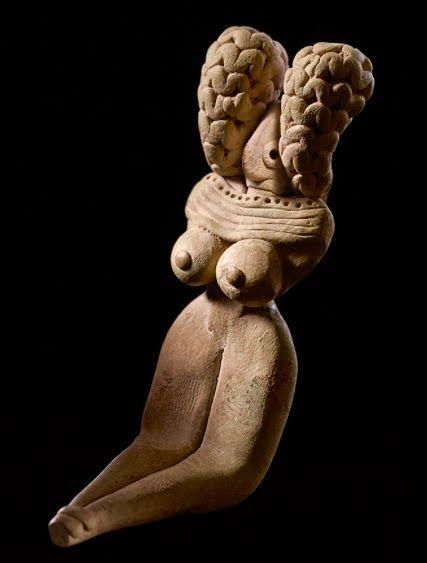 Figurine féminine. Balouchistan. Style Mehrgarh, période VI, vers 3000 av. J.-C. Terre cuite. H. : 8,2 cm. Musée Barbier-Mueller