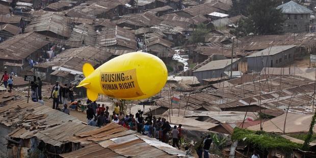 Des millions de gens vivent dans des bidonvilles. © AP/PA /Khalil Senosi