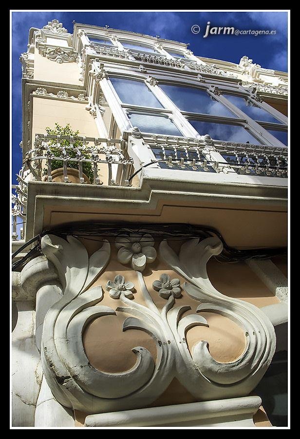 https://flic.kr/p/DuLyWe   Casa Clares. Modernismo a todo color   Cuando hablamos de modernismo hablamos de un estilo que rompió con la rigidez de la arquitectura académica, muy clasicista. En el modernismo francés, belga o catalán las formas de la naturaleza inundaban los edificios. Las referencias clásicas desaparecen completamente en los edificios más modernistas sustituyéndose por imaginativas formas inventadas.  En la fotografía podemos ver algunas de esas cosas, como el primer plano…