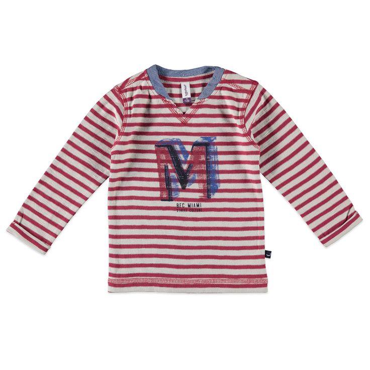 Babyface T-shirt met ronde hals en lange mouw voor jongens in de kleur rood. Dit slub tricot T-shirt van Babyface, uit de winter collectie, is gemaakt van 100% katoen. Verkrijgbaar in de maten 68 t/m 104 en bij de linkerschouder een drukknoopsluiting. Op de voorkant een grote verwassen print en de uiteinden van de mouwen hebben een vaste omslag.