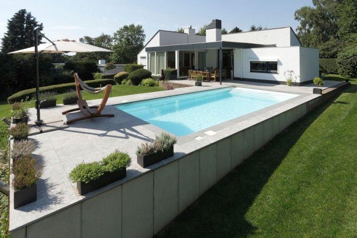 Zwembad in een schuin aflopende tuin. Slimme oplossing om toch een zwembad te kunnen plaatsen als de tuin schuin afloopt. Starline