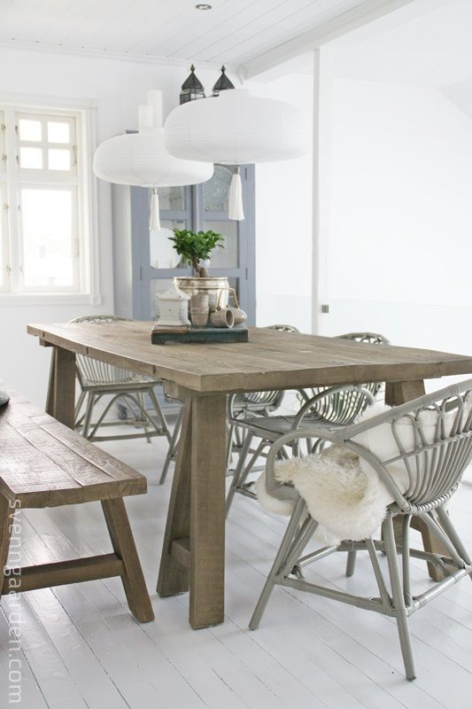 mesa de comedor sillas de mimbre y banco de madera