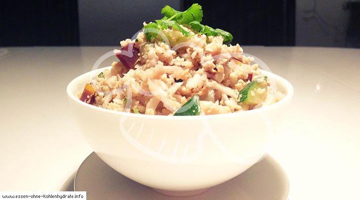 Low Carb Rezept für Gebratener Low-Carb Blumenkohl-Reis mit Gemüse. Wenig Kohlenhydrate und einfach zum Nachkochen. Super für Diät/zum Abnehmen.