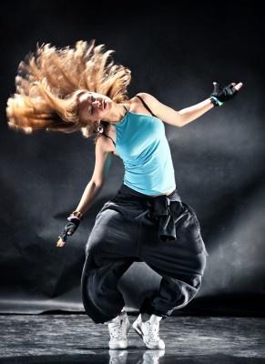 Le New Style  La danse hip hop dite new style n'est pas considérée comme un genre à part entière. Les danseurs qui la pratiquent y intègrent des pas issus de tous les styles de danse debout et utilisent des mouvements au sol empruntés au break. C'est une danse en gestation dont les techniques sont celles des danses qu'elle associe.  Source image : http://www.dance-attitude.be  Source descriptif : http://www.passeursdeculture.fr/-Danse-.html