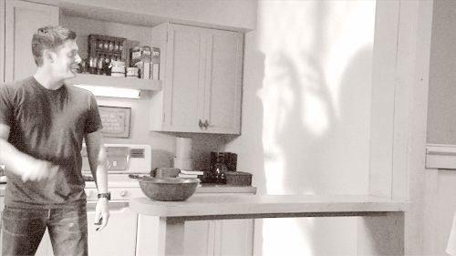 Hahaha Shadow high five. Supernatural (gif)