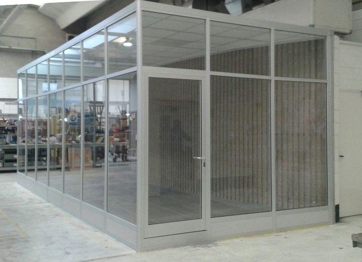 Box ufficio realizzato con pareti divisorie-mobili vetrate completo di pavimento sopraelevato e controsoffitto