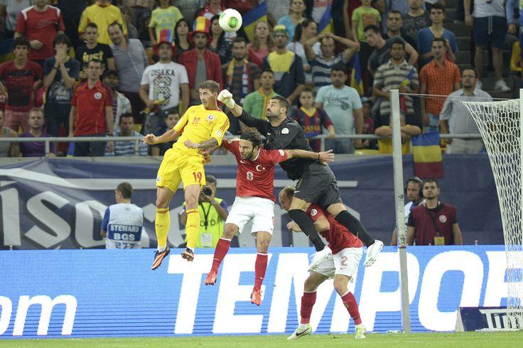 Volkan Demirel (C), portarul naţionalei Turciei, respinge un balon în meciul cu selecţionata României, din preliminariile Cupei Mondiale din 2014, pe Arena Naţională, în Bucureşti, marţi, 10 septembrie 2013. (  Alexandru Hojda / Mediafax Foto  ) - See more at: http://zoom.mediafax.ro/sport/rio-2014-un-vis-frumos-11707407#sthash.PZo2PALq.dpuf