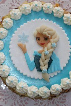 J'ai réalisé ce gâteau pour les 3 ans de Mila, la petite que je garde. Au départ, je me suis demandée dans quoi je m'étais embarquée car, la reine des neiges n'est pas un personnage que l'on côtoie beaucoup dans cette maison où je suis la seule fille....