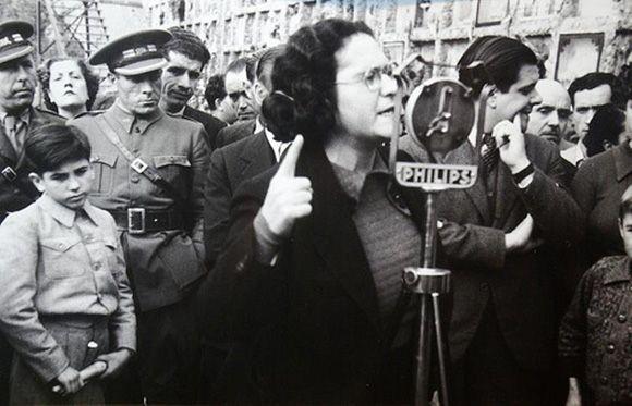 Si en su juventud Federica Montseny pensó que pasaría a la Historia por algo, desde luego nunca imaginó que sería por convertirse en la primera mujer ministra de España y de Europa Occidental. Antes de llegar al cargo, con tan sólo 31 años, había escrito numerosos artículos de prensa y varias novelas, y soñaba con ser escritora.