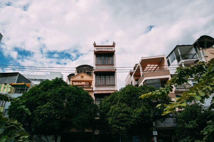 Архитектура города. Очень много зданий шириной в одну комнату