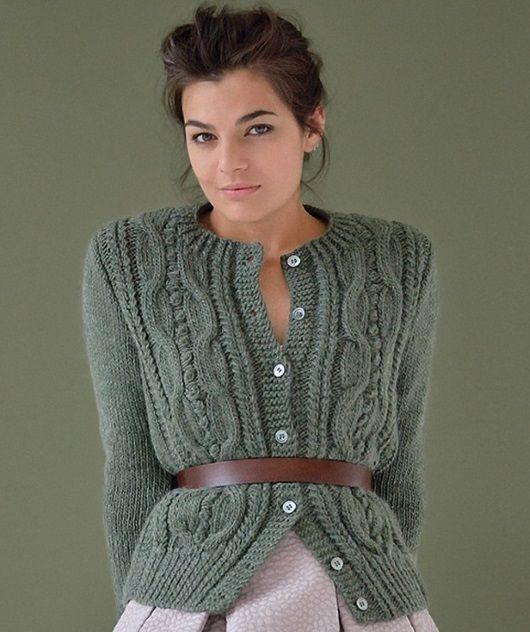 Вязаный жакет Mild от Kim Hargreaves выполнятся спицами красивым плетеным узором.