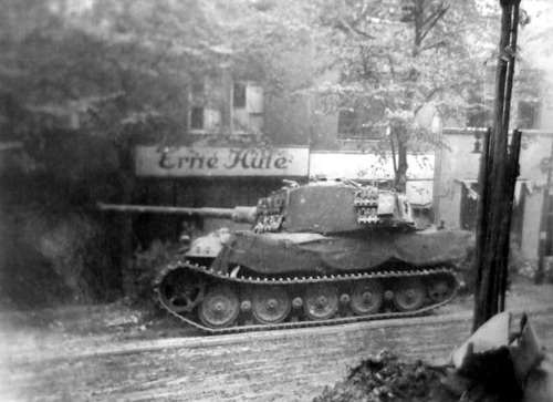 Tigre royal durant la bataille de Berlin, pariser str 27, Allemagne, 1945 // .King Tiger during the Battle of Berlin Berlin Pariser str.27