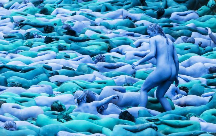 Duizenden naakte en blauw geverfde mannen en vrouwen hebben zaterdag meegedaan aan een kunstproject in het Engelse Hull. Op verschillende plaatsen in