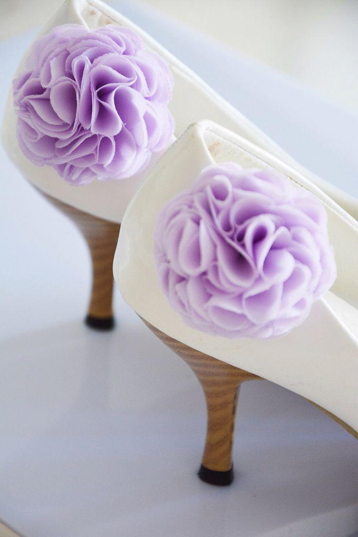 Pourpre Lila, Clips de chaussure fleur mariage, Bridal fleur pour chaussure, fleur en mousseline de soie, demoiselle d'honneur, chaussure et Clips de chaussure, chaussure accessoires par HandMadeBloom sur Etsy https://www.etsy.com/fr/listing/175340399/pourpre-lila-clips-de-chaussure-fleur