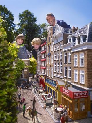 Madurodam is a theme park with miniature versions of the cultural, natural and architectural highlights of Holland. #greetingsfromnl