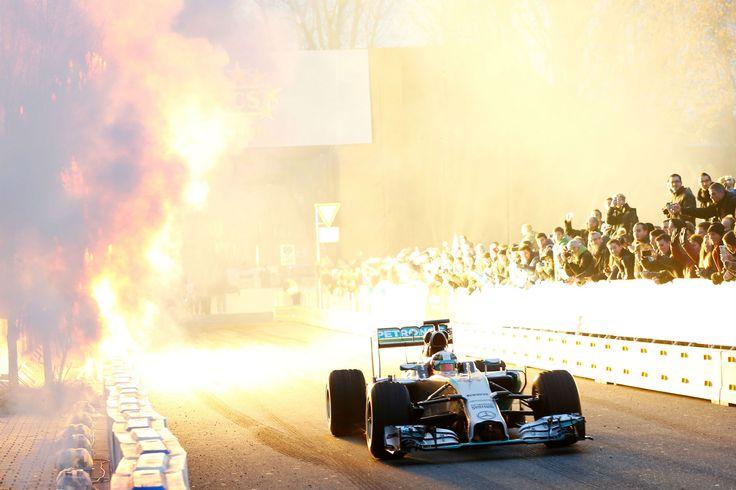 6sharesAuf Facebook teilenAuf Twitter teilenAuf Google+ teilenAuf LinkedIn teilenAuf Pinterest pinnenAuf StumbleUpon teilen+var sbFBAPPID = '794880947307623';50.000 Besucher feierten Formel 1-Weltmeister Lewis Hamilton, seinen Teamkollegen und Vizeweltmeister Nico Rosberg sowie das ... weiterlesen
