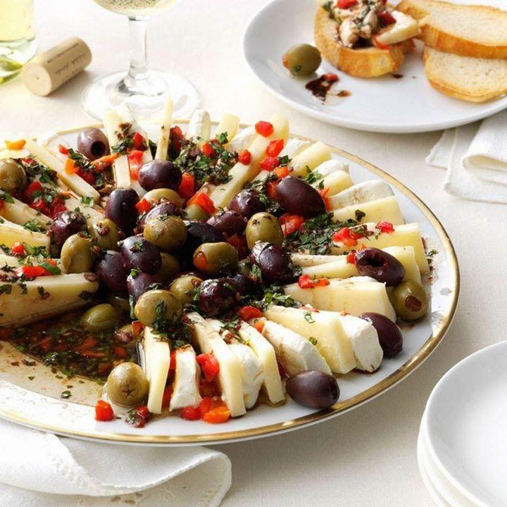 RUEDA DE QUESOS Y ACEITUNAS CON ALIÑO DE PIMIENTOS (Marinated Olive and Cheese Ring) #AperitivosFaciles #AperitivosOriginales