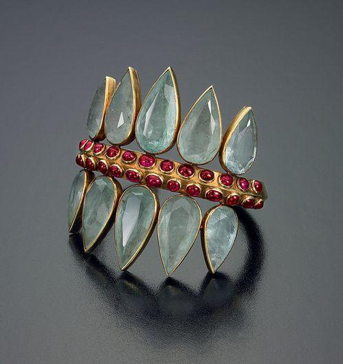 Manchette à motif de double couronne en aigue-marine, cabochons de rubis et or. Groëné et Darde pour Herz-Belperron.