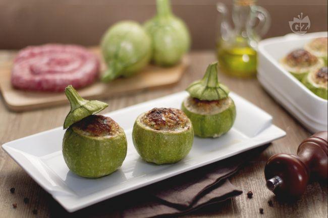 Le zucchine ripiene sono un secondo piatto sfizioso ideale da gustare per la bella stagione, con le zucchine varietà tonda ripiene di carne.