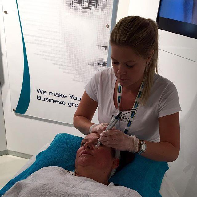 Testar e-Dermastemp hos #dermapromedical på mässan. Denna behandling med elektronisk microneedling kommer vi att erbjuda på @salongbeautybox i höst 👍👍#salongbeautybox #e-Dermastemp #hudvård #ansiktsbehandling #microneedling
