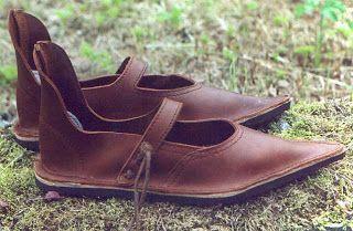 El calzado era de piel y su suela reforzada con cuero cosido.