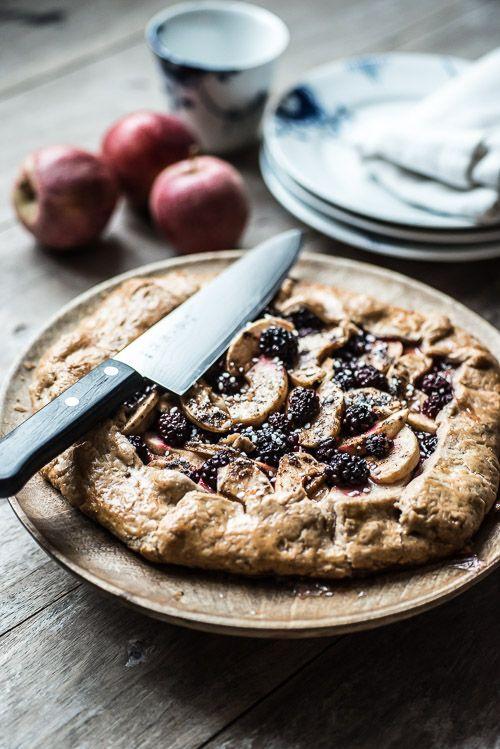 Efterårets første kage: Rustik æbletærte med brombær