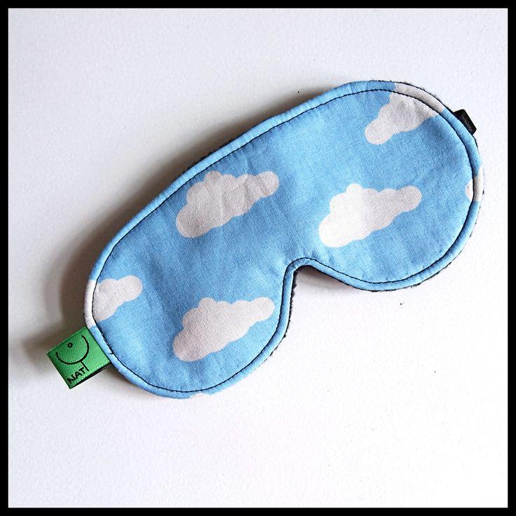Ležíte na zádech na lesní louce a koukáte na nebe. Tamhle pluje prasátko a ten další oblak je jako plachetnice. Pokud nemáte právě louku po ruce, nasaďte si masku na spaní s obláčky a sněte. CLOUD…