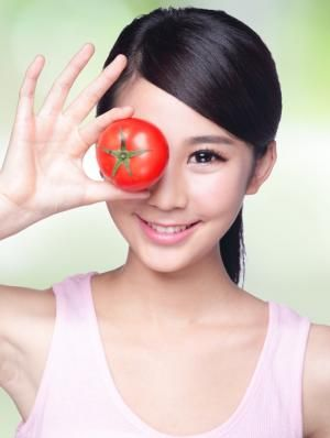 Cómo hacer una mascarilla facial de tomate, limón y avena. Ingredientes: un tomate maduro, 1 cucharada zumo de limón y 1 cucharada avena en polvo.
