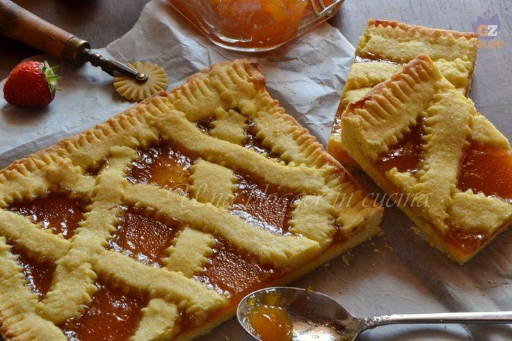 crostata alla confettura di pesche, un ottimo dolce fatto in casa, friabile, con confettura di pesche fatta in casa. Facile, ideale per merenda o dessert.