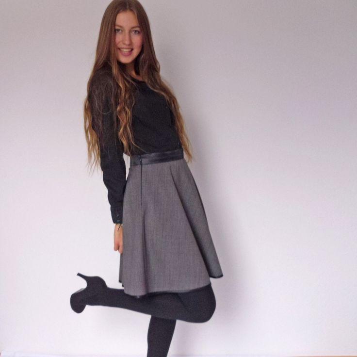 Sukně tmavě šedá s černým páskem Elegantní šedá sukně se saténovým páskem je skvělou alternativou kpouzdrové sukni do kanceláře, sklasickou džínovou bundičkou jeoriginálním modelem do města. Materiál: Směsová, lehká tkanina tmavě šedé barvy. Spodní okraj je olemován černou saténovou stužkou. Vpase je vsazena do 4 cm širokého, vyztuženého pásku, ...