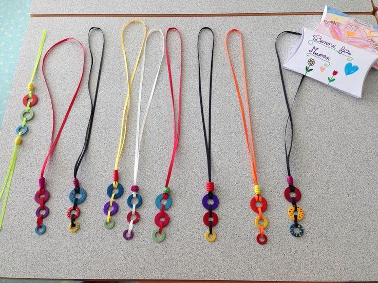 collier avec du ruban,des rondelles métalliques et du vernis à ongles