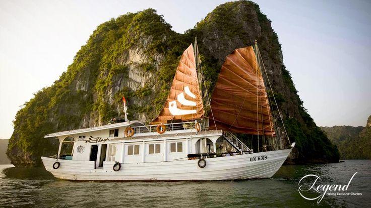Vietnam, Halong bugten: Legend Halong bådene sejler rundt i den smukke Halong bugt, og her bor du i en af de dejlige kahytter.