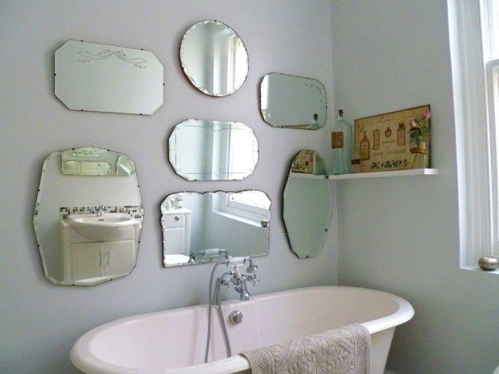 viele vintage spiegel an der wand im badezimmer mit einer retro badewanne