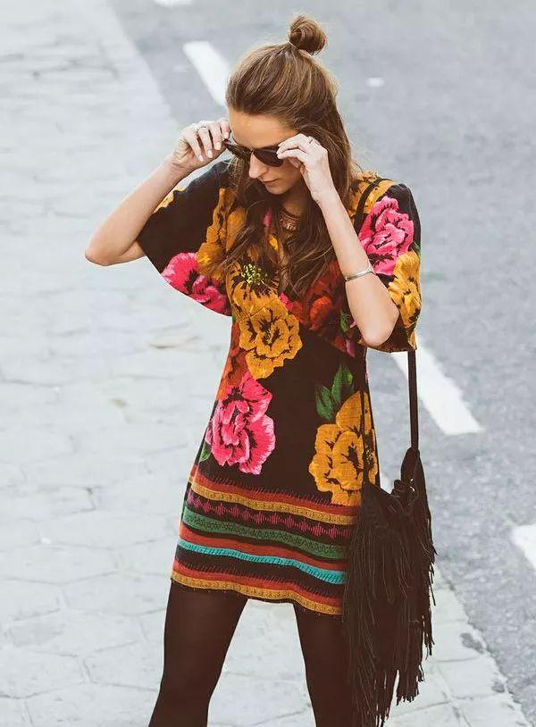 Boho, vestido étnico com estampada florida e barrado.