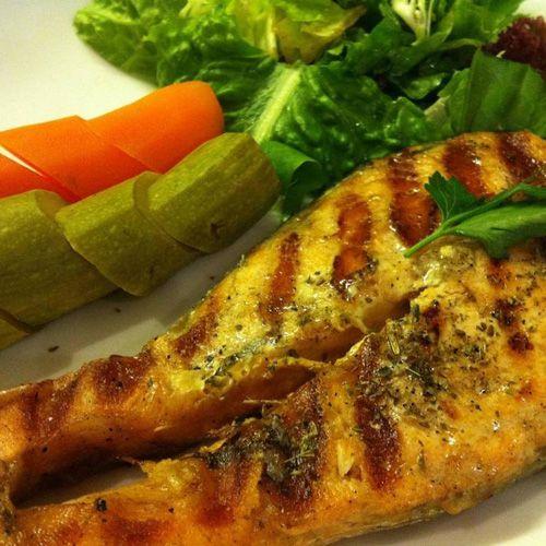 Φρέσκο ψαράκι και θαλασσινά  Κάθε μέρα σας σερβίρουμε λαβράκια, κουτσουμούρες, σαρδελίτσες, χταπόδι, καλαμαράκια, γαρίδες, μπαρμπούνια, μύδια, γυαλιστερές και πολλά άλλα!
