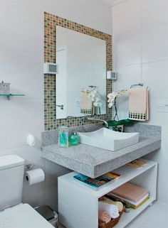 Sob a bancada deste banheiro um bom exemplo de reutilização: o gabinete branco nada mais é do que uma velha fruteira de chão. Livre das gave...