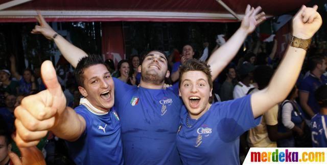 Fans Italia bersorak ria usai tim kesayangannya berhasil mengalahkan Jerman 2-1