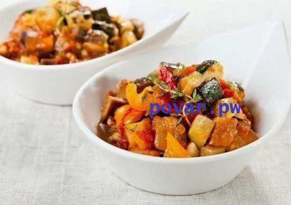 ТОП-3 летних овощных рагу  1. Рататуй  Это французский вариант рагу, прославившийся благодаря одноименному мультику.  Ингредиенты: 1 баклажан, 1 крупный перец, 1 кабачок (или цуккини), 1 луковица, несколько помидоров черри, 1−2 зубчика чеснока, свежий зеленый горошек, баночка консервированных помидоров в собственном соку (лучше кусочками) — 500 мл, тимьян, базилик, соль, свежемолотый черный перец, оливковое масло.  Приготовление: Нарезать все овощи крупными кусочками (предварительно удалив…