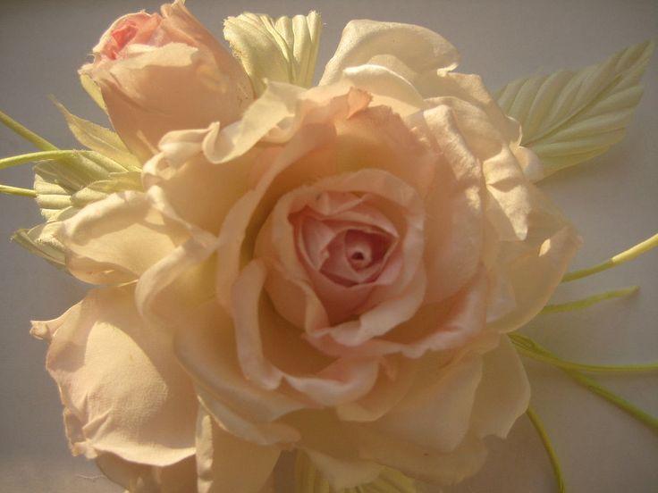 Купить или заказать Цветы из шелка. Брошь заколка VIRGINIA  . Натуральный шелк. в интернет-магазине на Ярмарке Мастеров. Бутоньерка из натурального шелкового атласа, символизирующая чистоту и непорочность невесты , поможет создать нежную атмосферу гармонии и красоты. Возможен любой цвет (красный,белый,желтый,оранжевый,зеленый,синий,розовый,бежевый,голубой,черный,коричневый), размер, вариант крепления (брошь, заколка, ободок,браслет на руку, заколка автомат, краб,гребешок, брелок, клипсы для…