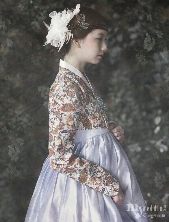 황희우리옷> 페이즐리 문양이 새겨진 강렬한 색감의 저고리와 고급스러운 은회색 치마의 조화. 머리의 코르사주 더퀸라운지. 나비 모양 떨잠 백옥사. 브로치 앤틱반.hanbok